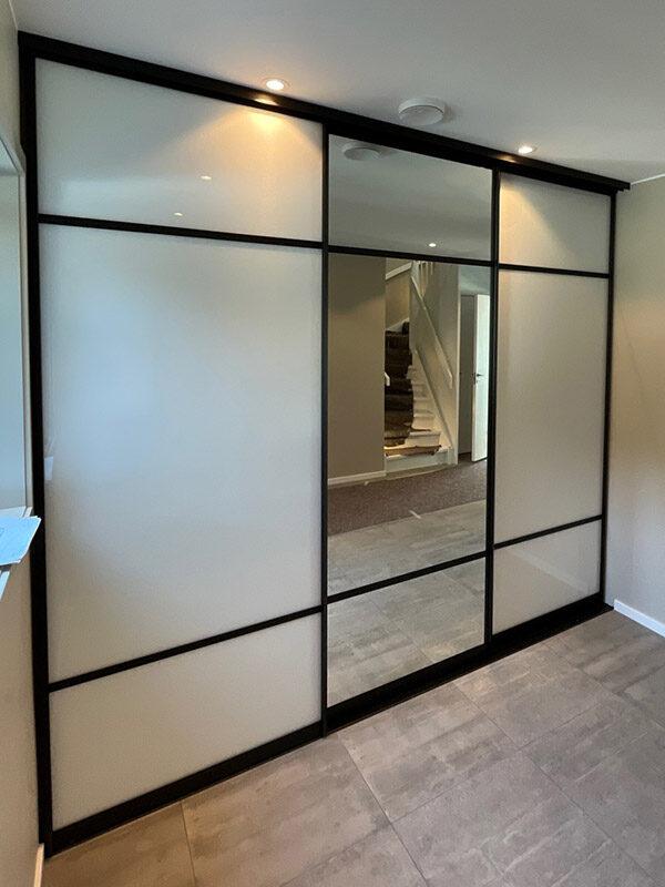 skyvedører med hvitt glass og sotet speil til gang