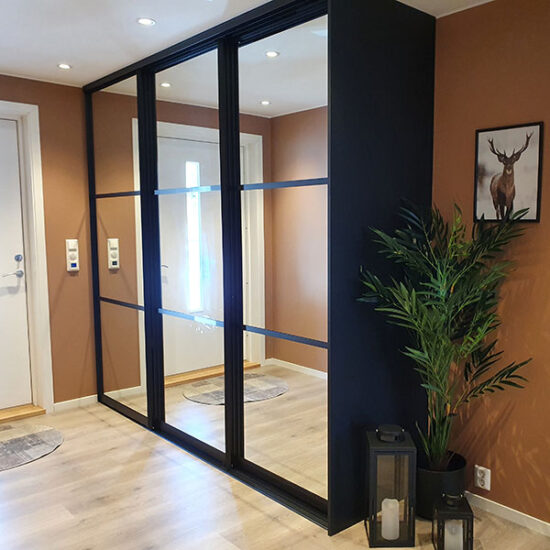 skyvedører med speil og svarte sprosser som dekor