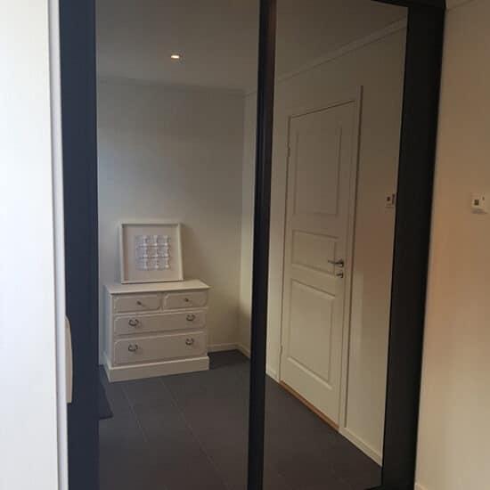 skyvedørgarderobe med speil til gang