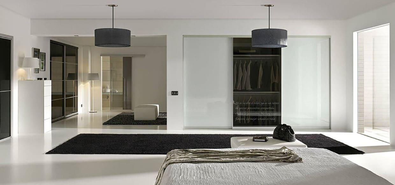 moderne leilighet med skyvedører i alle rom