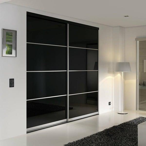 skyvedører med svart glass og sølvfargede profiler og sprosser