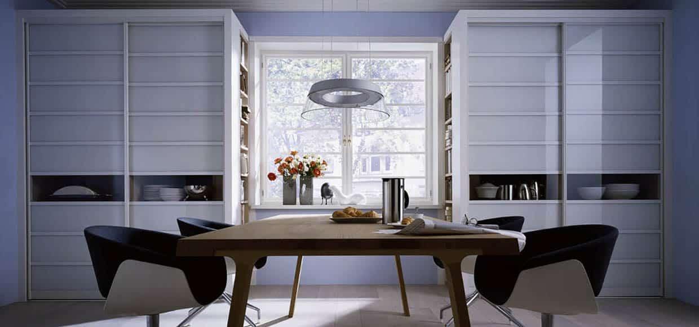 skyvedører med hvitt glass og sprosser som dekor