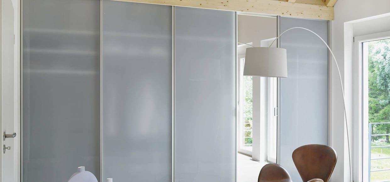 skyvedører med hvitt glass