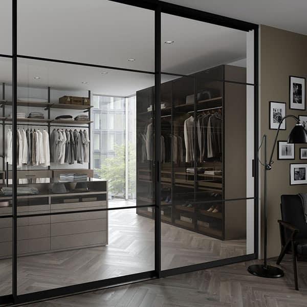 skyvedører med klart speil og svarte profiler og sprosser i new york loft stil